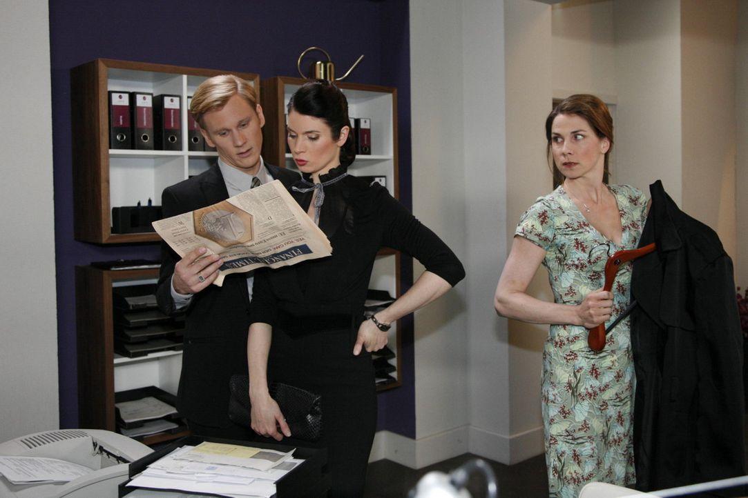 Während Karin (Birge Funke, r.) mitbekommt, dass Philip (Philipp Romann, l.) und Gina (Elisabeth Sutterlüty, M.) glauben, dass es einen Maulwurf i... - Bildquelle: SAT.1