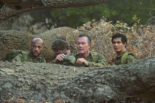 Können Walter (Elyes Gabel, r.), Cabe (Robert Patrick, 2.v.r.) und Luke (Kama...