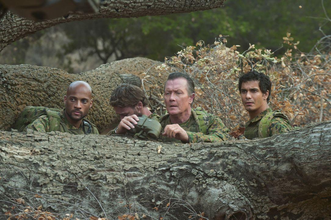Können Walter (Elyes Gabel, r.), Cabe (Robert Patrick, 2.v.r.) und Luke (Kamal Jones, l.) eine geheime Tarntechnologie des Militärs retten, bevor es... - Bildquelle: Ron Jaffe 2014 CBS Broadcasting, Inc. All Rights Reserved