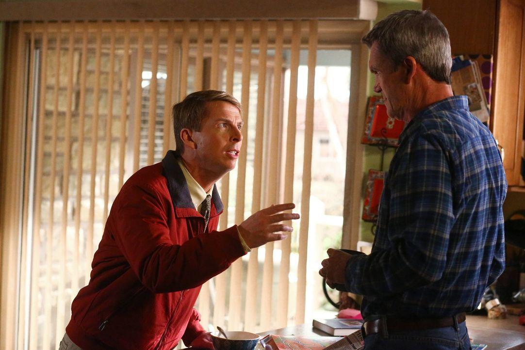Gelingt es Mike (Neil Flynn, r.), Dr. Goodwin (Jack McBrayer, l.) zu überzeugen, für ihn zu lügen? - Bildquelle: Warner Bros.
