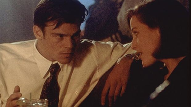 Der Broker Ed Jerse (Rodney Rowland, l.) hat Scully (Gillian Anderson, r.) in...
