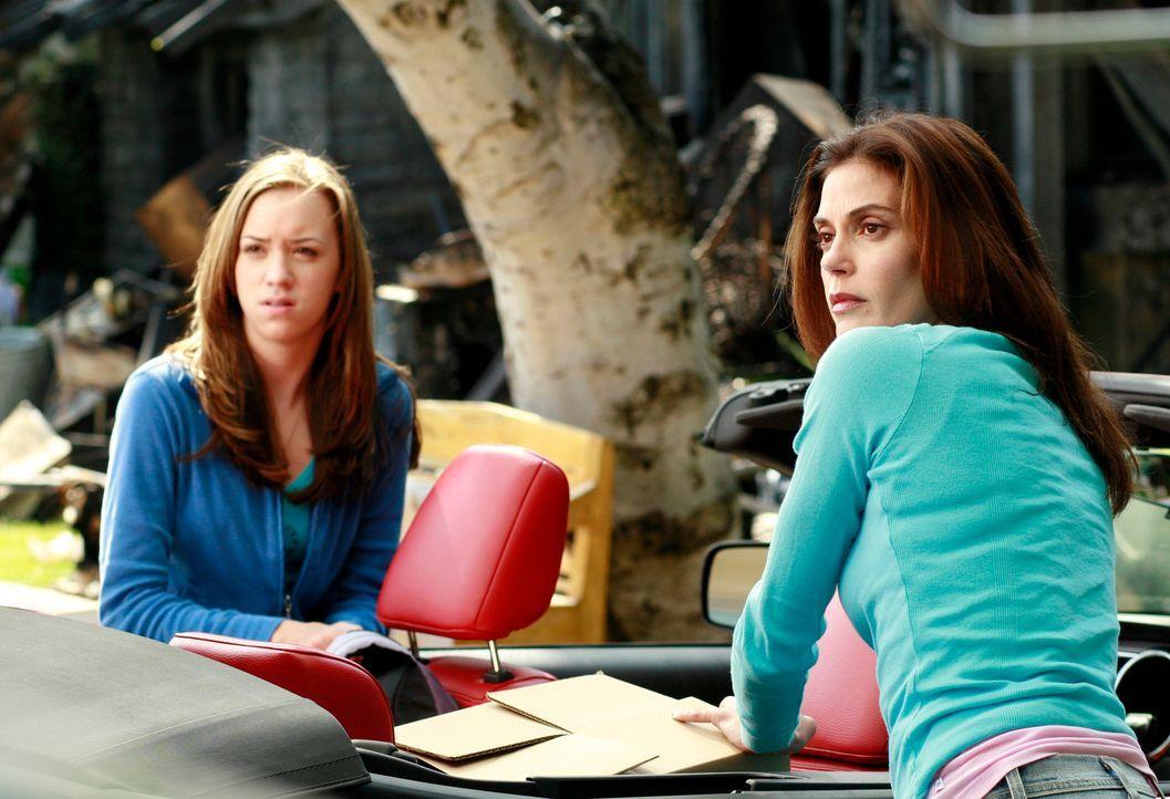 Susan (Teri Hatcher, r.) präsentiert Julie (Andrea Bowen, l.) ihr neues Zuhause: einen Wohnwagen ... - Bildquelle: 2005 Touchstone Television  All Rights Reserved