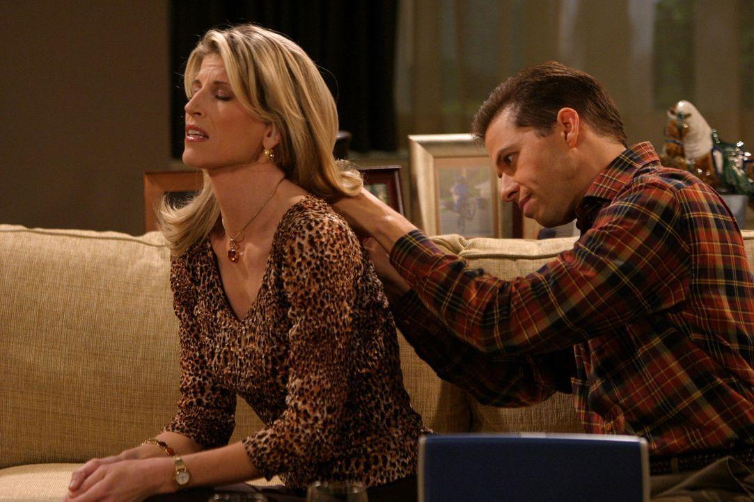 Geschickt versucht Gloria (Christine Dunford, l.) sich an Alan (Jon Cryer, r.) ranzumachen ... - Bildquelle: Warner Brothers Entertainment Inc.