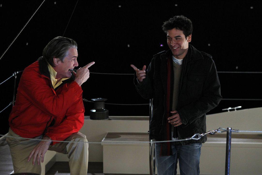 Da Ted (Josh Radnor, r.) nicht weiß, wie Zoeys Ehemann (Kyle MacLachlan, l.) über die neue Freundschaft denkt, nimmt Ted sein Angebot an, einen Se... - Bildquelle: 20th Century Fox International Television