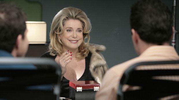 Corrine Lubey (Catherine Deneuve, M.) kommt mit einem besonderen Anliegen zu...
