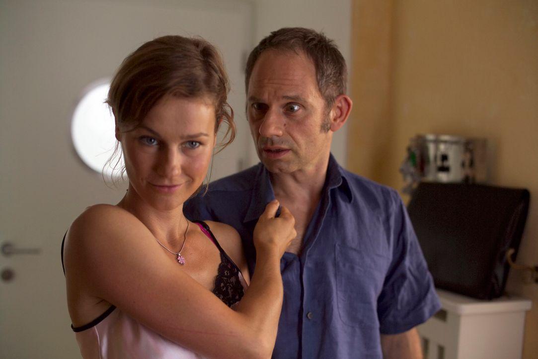 Weil Valerie (Rhea Harder, l.) überzeugt ist, die einzig passende, die optimale Partnerin ihres Mannes Frieder (Michael Lott, r.) zu sein, lässt sie... - Bildquelle: Walter Wehner ProSieben