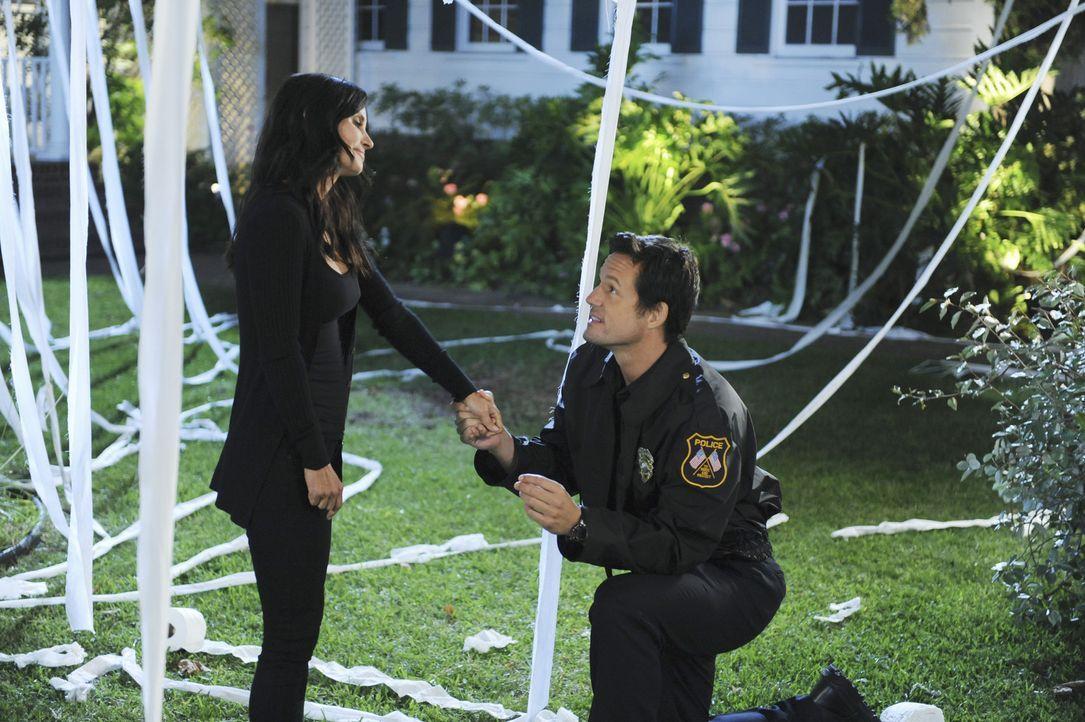 Bekommt Jules (Courteney Cox, l.) von Grayson (Josh Hopkins, r.) endlich einen Heiratsantrag, so wie sie es sich immer gewünscht hat? - Bildquelle: 2011 American Broadcasting Companies, Inc. All rights reserved.