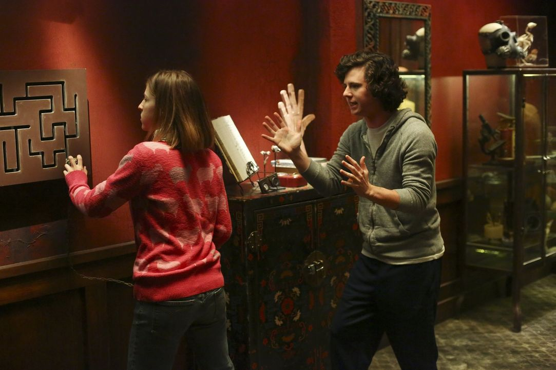 """Motiviert von den spitzen Bemerkungen ihrer Nachbarn, wollen Sue (Eden Sher, l.), Axl (Charlie McDermott, r.) und der Rest der Heck-Familie das """"Esc... - Bildquelle: Warner Bros."""