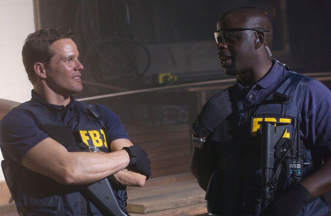 Warten auf ihren Einsatz: Colby Granger (Dylan Bruno, l.) und David Sinclair (Alimi Ballard, r.) ... - Bildquelle: Paramount Network Television