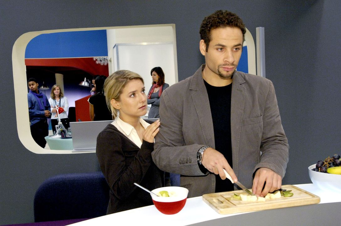 Jannick (Mike Adler, r.) glaubt, dass Anna (Jeanette Biedermann, l.) nicht wirklich zu ihm steht ... - Bildquelle: Claudius Pflug Sat.1
