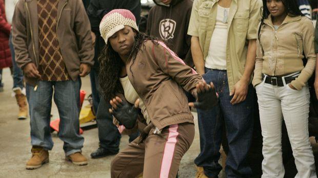 Raya (Rutina Wesley) sucht nach einer Möglichkeit, schnell an Geld zu kommen....