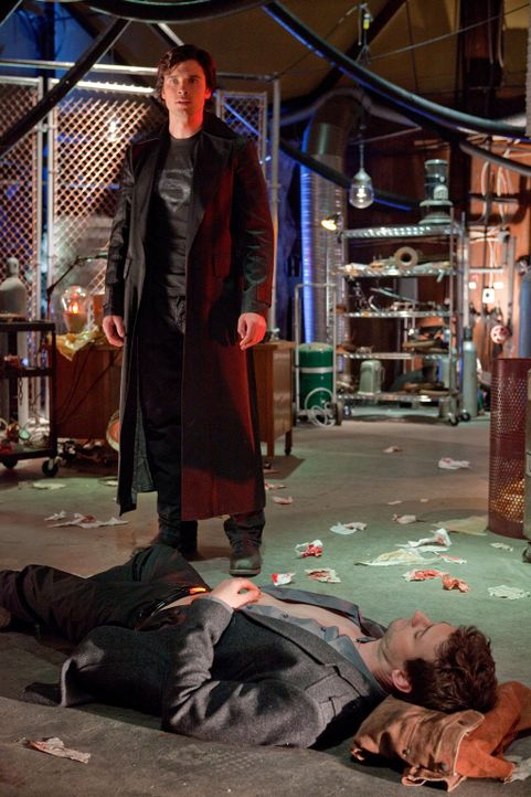 Ein Wissenschaftler konnte einer Alienentführung entkommen. Jetzt plant er Rache - auch an Clark (Tom Welling, hinten) und Zod (Callum Blue, vorne)... - Bildquelle: Warner Bros.