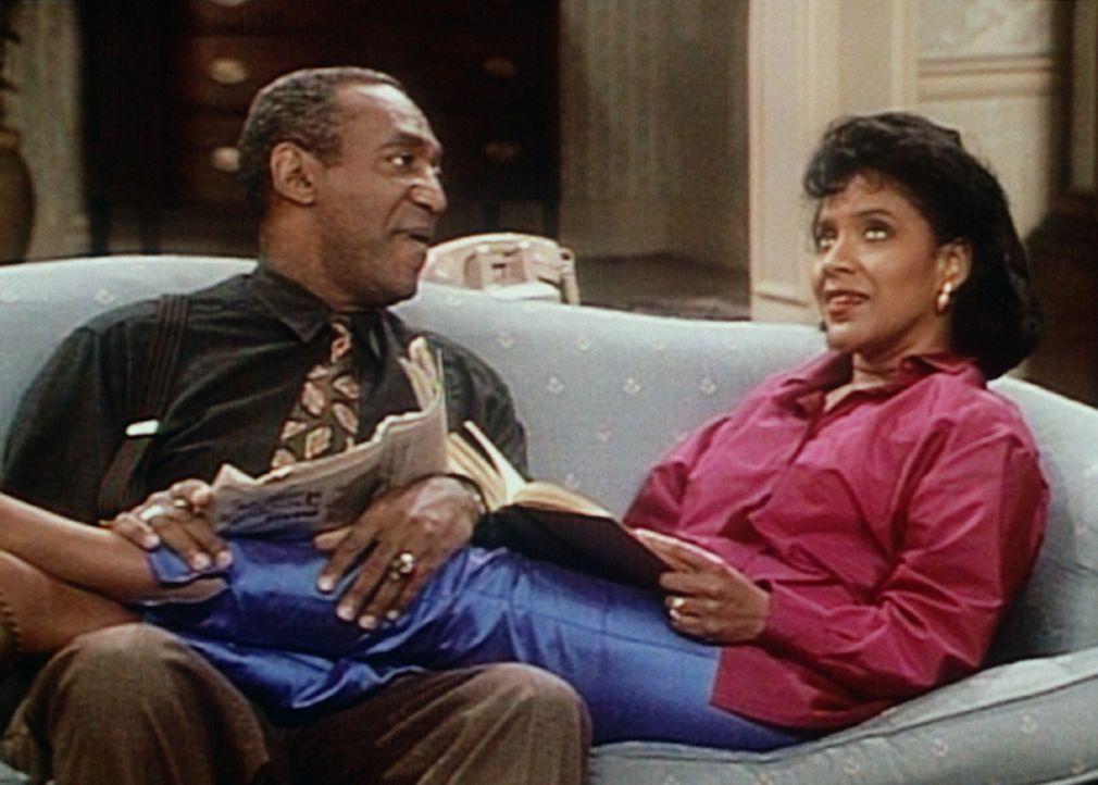 Cliff (Bill Cosby, l.) bemüht sich, Clair (Phylicia Rashad, r.) beim Lösen eines Kreuzworträtsels zu helfen, doch keine seiner Lösungen ist brau... - Bildquelle: Viacom