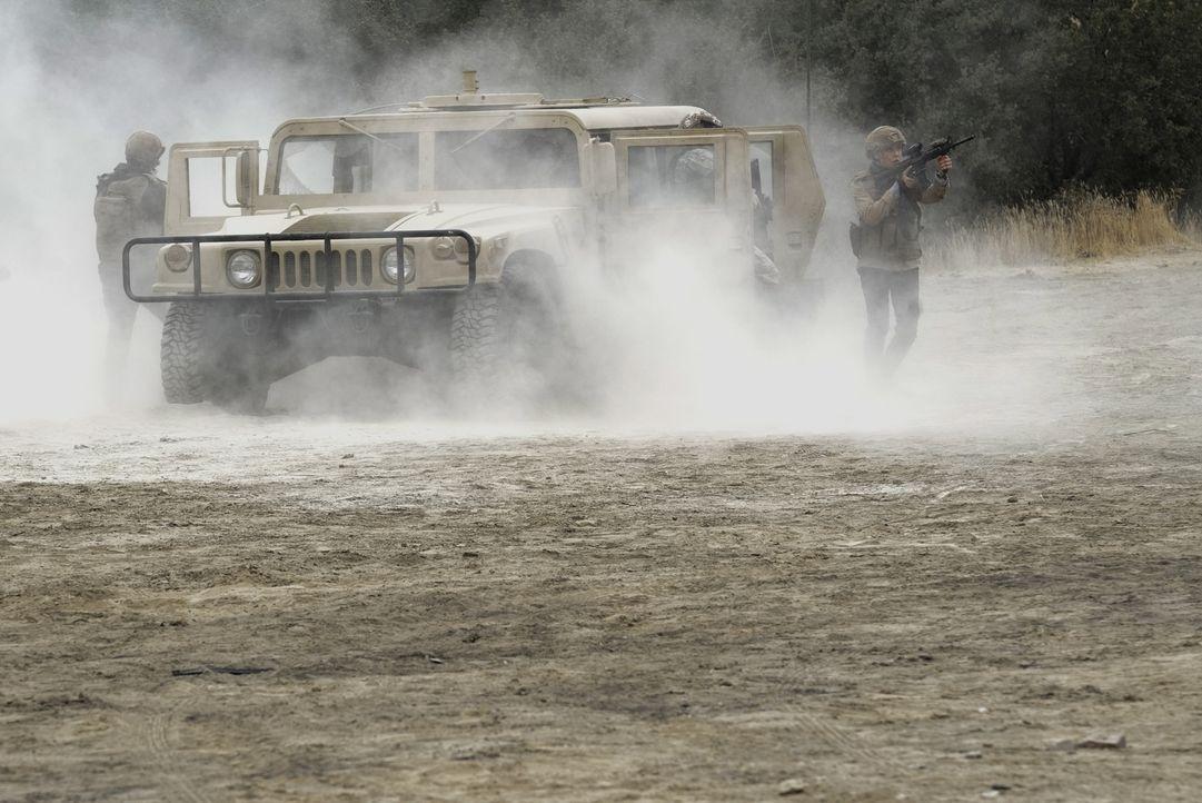 Das NCIS-Team möchte Senator Phillips nach einem persönlichen Schicksalsschlag sicher von Afghanistan zurück in die USA eskortieren, doch dann gerät... - Bildquelle: Cliff Lipson 2017 CBS Broadcasting, Inc. All Rights Reserved.