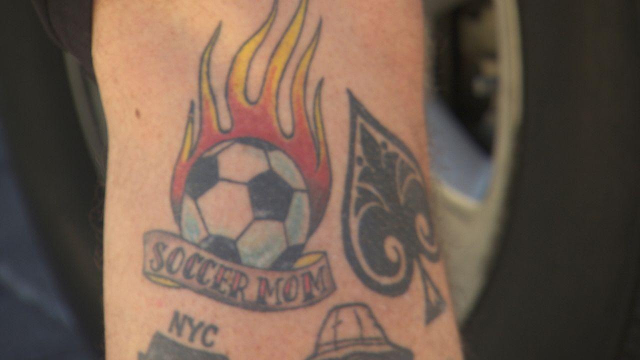 """""""Fußball Mutter"""": Bei solch einem Tattoo ist es jedem klar, mit wem man es zu tun hat ... - Bildquelle: 2013 A+E Networks, LLC"""
