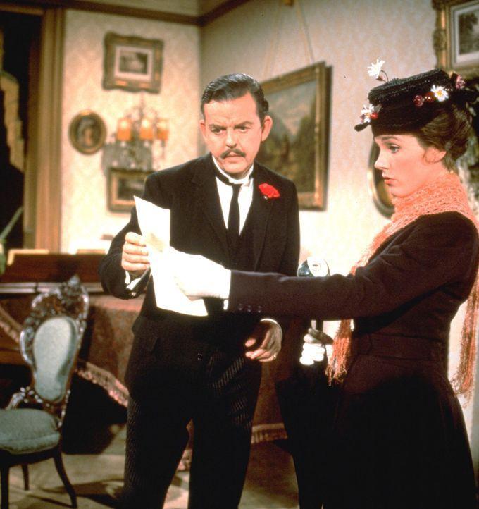 Bankier Banks (Glynis Johns, l.)sucht für seine beiden Kinder, die sich zu Recht vernachlässigt fühlen, nach einem neuen Kindermädchen. Als die feen... - Bildquelle: Walt Disney Company. All Rights Reserved.