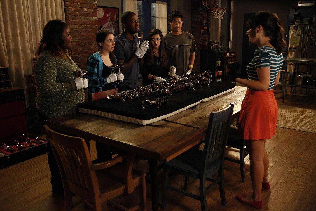 Winston (Lamorne Morris, 3.v.l.) tritt in Jess' (Zooey Deschanel, r.) Handbell Quartett für schwierige Jugendliche bei und erweist sich als absolut... - Bildquelle: 20th Century Fox