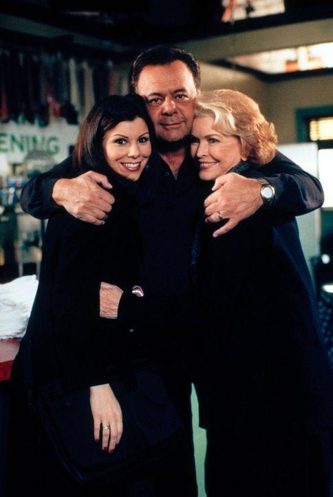 Lydia (Heather Paige Kent, l.) hat sich für den Hochzeitstag ihrer Eltern Frank (Paul Sorvino, M.) und Dolly (Ellen Burstyn, r.) etwas Besonderes ei... - Bildquelle: CBS Television