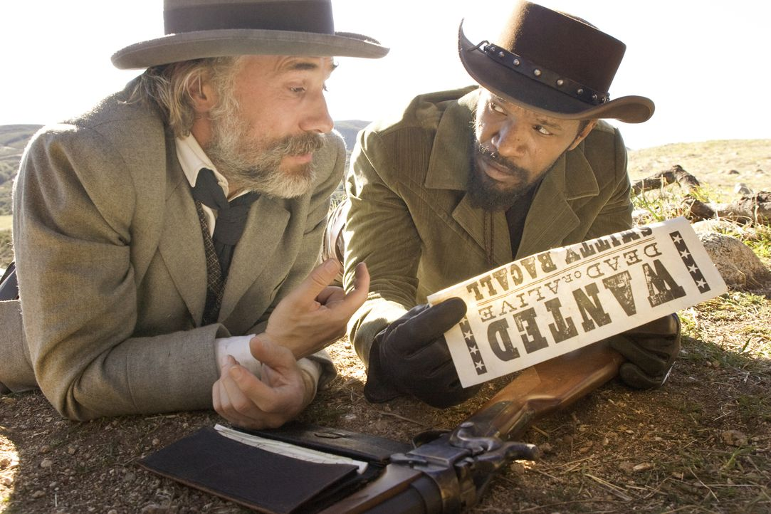 Kaum von dem gerissenen Kopfgeldjäger Dr. King Schultz (Christoph Waltz, l.) befreit, wird Django (Jamie Foxx, r.) auch schon in dessen Handwerk unt... - Bildquelle: 2012 Columbia Pictures Industries, Inc.  All Rights Reserved.
