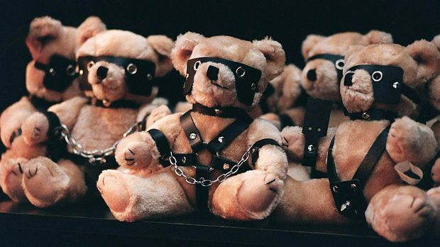 Teddybären im Sado-Maso-Look