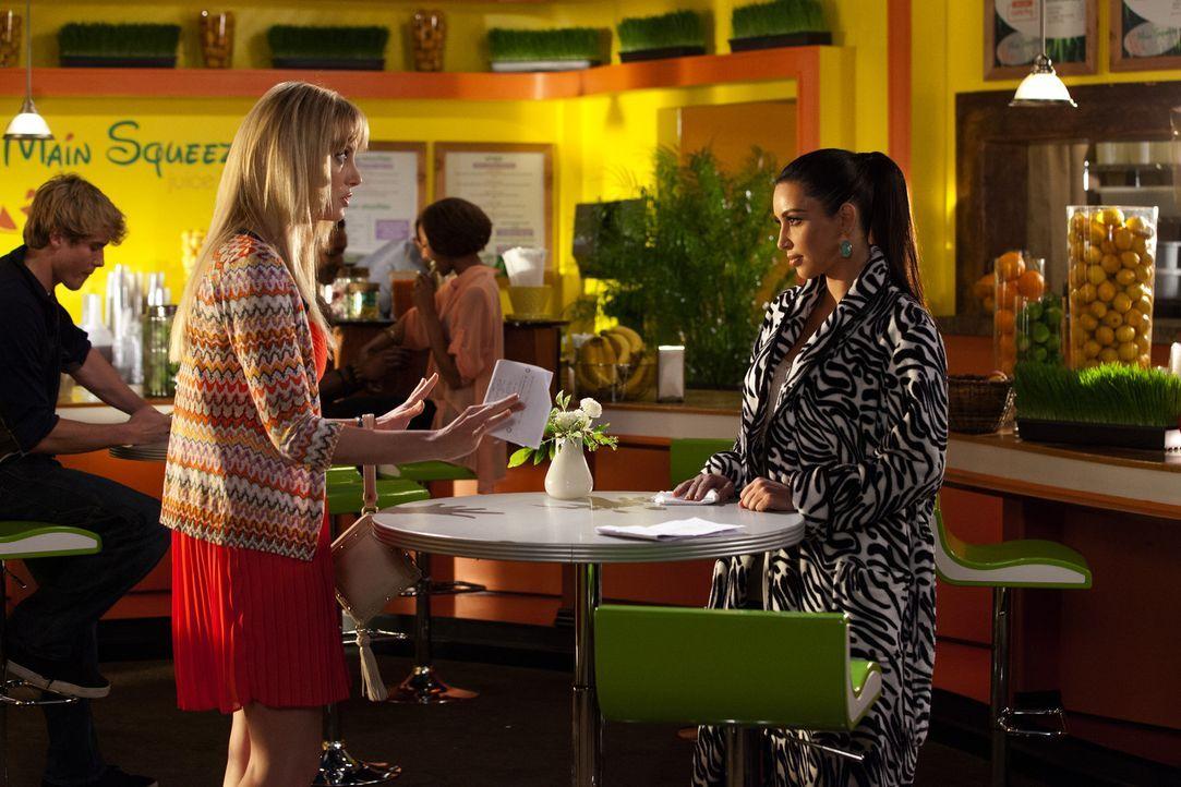 Nikki LaPree (Kim Kardashian, r.) gilt als DER Beziehungsguru schlechthin. Auch für Stacy (April Bowlby, l.) hat sie viele gute Tipps parat ... - Bildquelle: 2012 Sony Pictures Television Inc. All Rights Reserved.