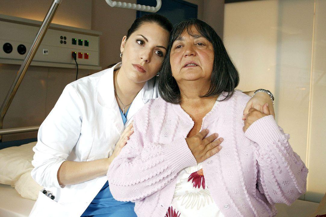 Hülya (Eva-Maria Reichert, l.) versucht ihre Tante Ayse (Sema Poyraz, r.) zur Vernunft zu bringen und sie von der lebensnotwendigen Herz-OP zu übe... - Bildquelle: Noreen Flynn Sat.1