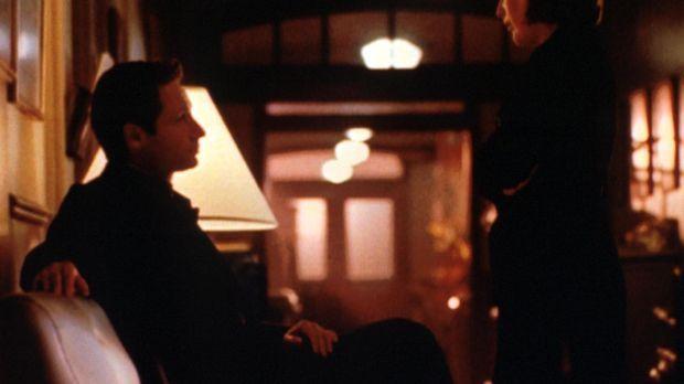 Scully (Gillian Anderson, r.) und Mulder (David Duchovny, l.) halten vor eine...