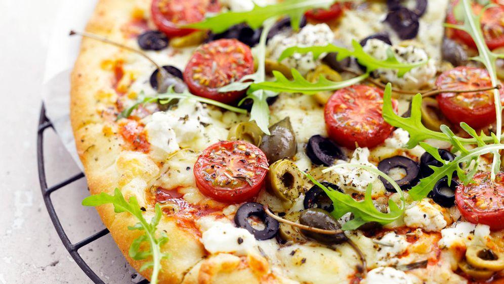 pizza mit ricotta tomaten und rucola rezept. Black Bedroom Furniture Sets. Home Design Ideas