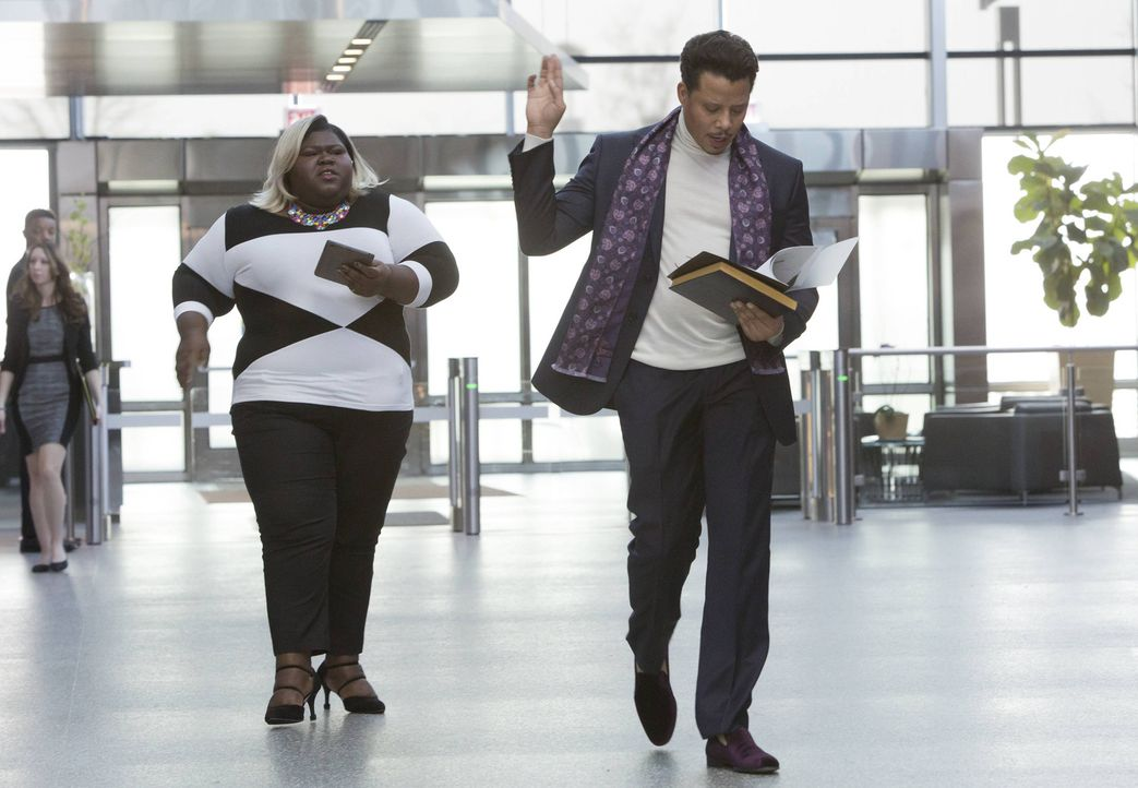 Immer auf den Sprung: Assistentin Becky (Gabourey Sidibe, l.) managt die Termine des Plattenbosses Lucious (Terrence Howard, r.) ... - Bildquelle: 2015 Fox and its related entities.  All rights reserved.