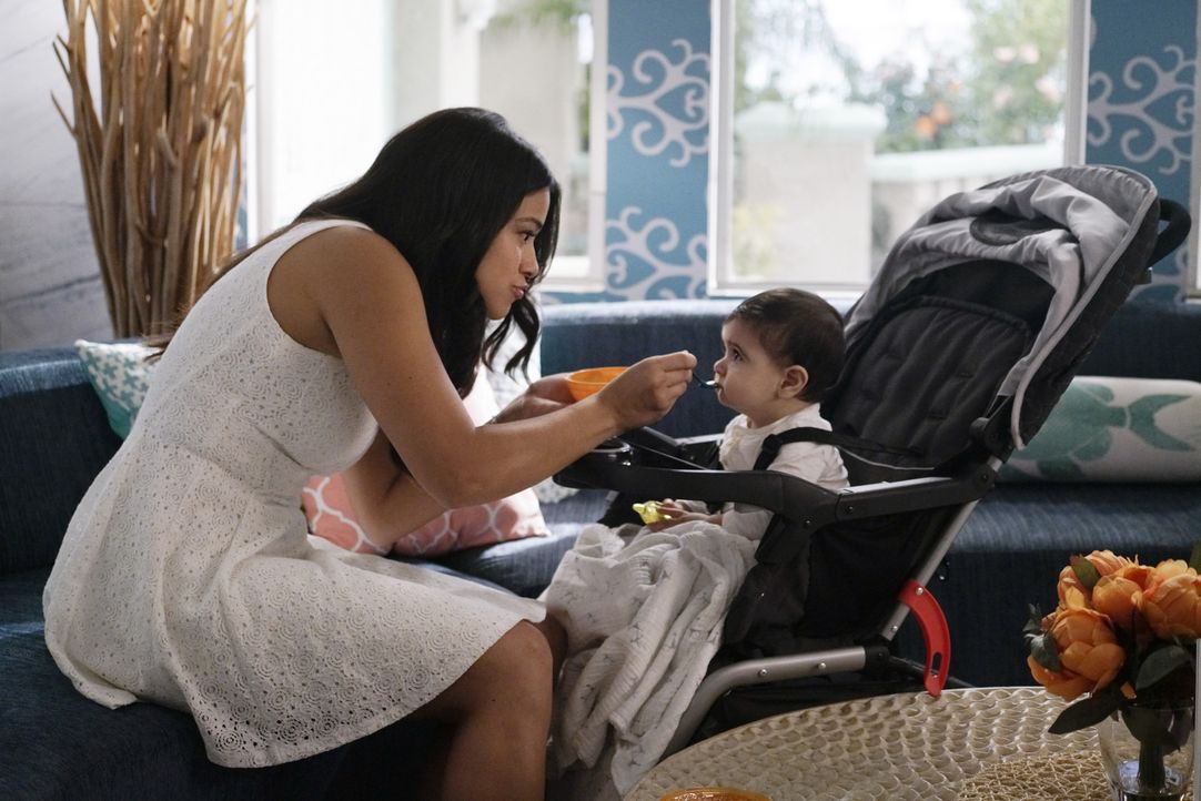 Jane (Gina Rodriguez) und Rafael machen sich auf die Suche nach einem Babysitter für Mateo. Doch Janes Ansprüche an die potenziellen Kandidaten sind... - Bildquelle: Michael Desmond 2015 The CW Network, LLC. All rights reserved.