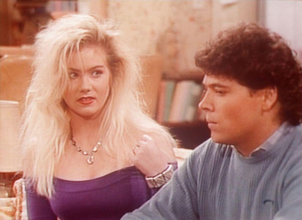 Kelly (Christina Applegate, l.) versucht, mit Matt (Beau Dremann, r.) zu flirten, doch der interessiert sich nur für Football. - Bildquelle: Sony Pictures Television International. All Rights Reserved.