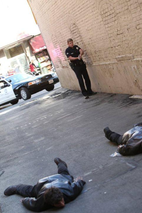 Die beiden Verdächtigen Männer haben ihre Rechnung ohne Officer John Cooper (Michael Cudlitz, hinten r.) gemacht ... - Bildquelle: Warner Brothers