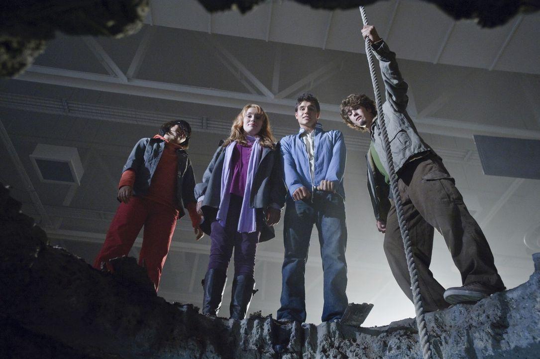 Gemeinsam mit Hund Scooby-Doo machen sich die vier suspendierten Schüler Velma (Hayley Kiyoko), Daphne (Kate Melton), Fred (Robbie Amell) und Shagg... - Bildquelle: 2009   Warner Brothers
