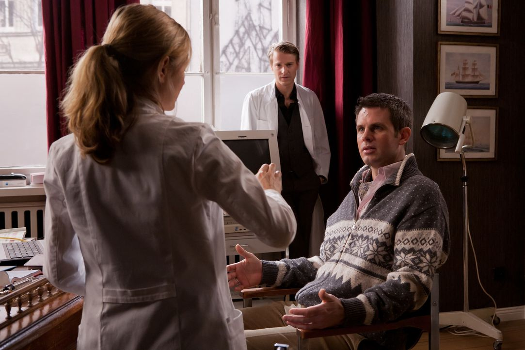 Nina (Stefanie Stappenbeck, l.) kommt der fatale Verdacht, dass die Ursache für Adrians (Steffen Groth, r.) Persönlichkeitsveränderung an einer s... - Bildquelle: Conny Klein SAT.1