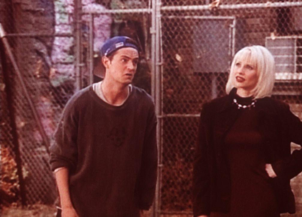 Chandler (Matthew Perry, l.) möchte die junge Dame näher kennen lernen; leider steht ihm Joey dabei im Weg. - Bildquelle: TM+  2000 WARNER BROS.