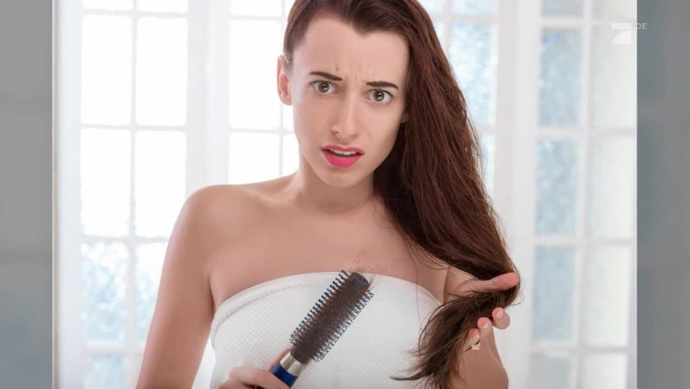 Brünette Reife mit unglaublich langen Haaren duschen