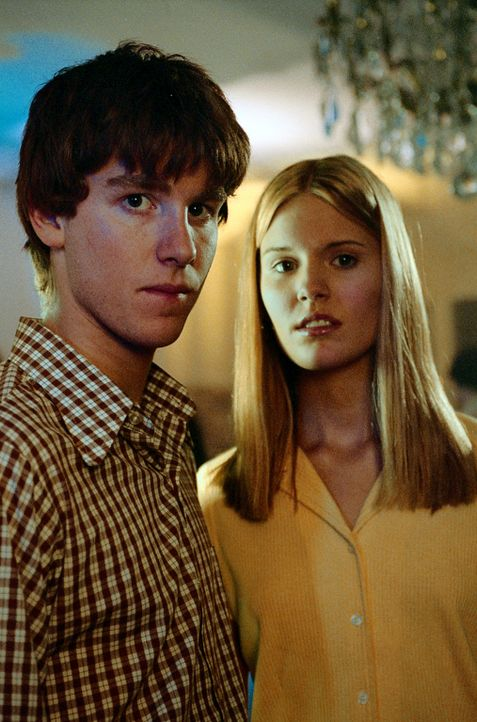 Seit einiger Zeit gefällt dem 15-jährigen Michael Skakel (Jon Foster, l.) die attraktive Nachbarstochter Martha Moxley (Maggie Grace, r.) ausnehme... - Bildquelle: Sony Pictures Television International. All Rights Reserved.