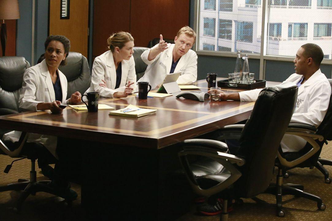 Weil sie sich selbst nicht dazu in der Lage fühlt, stellt Bailey ein Team aus Ärzten zusammen, um über die Konsequenzen für Ben (Jason George, r.) z... - Bildquelle: Mitch Haaseth ABC Studios