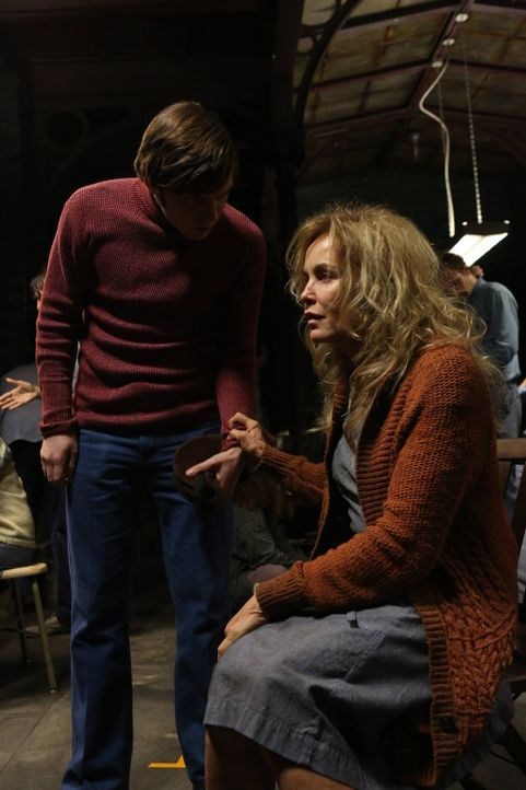 Schwester Jude Martin (Jessica Lange, r.) schwört Kit Walker (Evan Peters, l.), dass sie die Anstalt irgendwann lebend verlassen wird. Ob sich ihr... - Bildquelle: 2012-2013 Twentieth Century Fox Film Corporation. All rights reserved.
