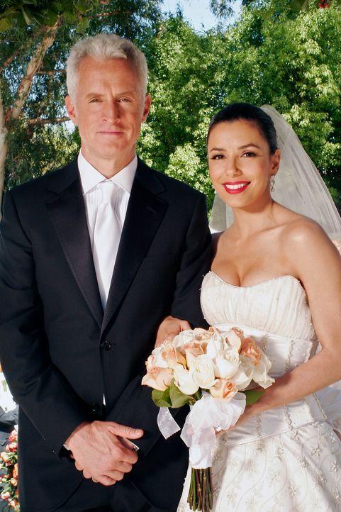 Der große Tag ist gekommen: Gabrielle (Eva Longoria, r.) und Victor (John Slattery, l.) geben sich das Ja-Wort ... - Bildquelle: 2005 Touchstone Television  All Rights Reserved