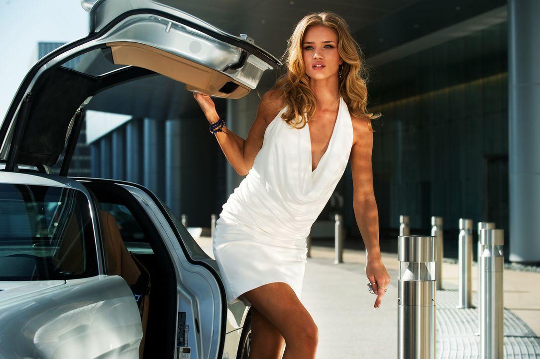 Ahnt nicht, dass ihr Chef mit den Decepticons einen Pakt geschlossen hat: Sams neue Freundin Carly (Rosie Huntington-Whiteley) ... - Bildquelle: 2010 Paramount Pictures Corporation.  All Rights Reserved.