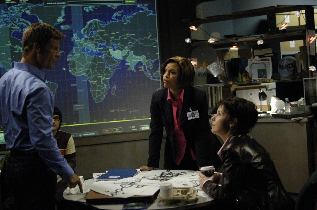 Diana Skouris (Jacqueline McKenzie, r.) erwirkt bei Nina Jarvis (Samantha Ferris, M.), der neuen Leiterin der Abteilung Pazifischer Nordwesten der N... - Bildquelle: Viacom Productions Inc.