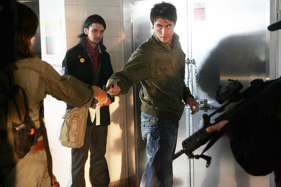 Connor (Andrew Lee Potts, M.) und Stephen (James Murray, r.) ahnen noch nicht, welche Verschwörungstheorie Tom und Duncan haben ... - Bildquelle: ITV Plc