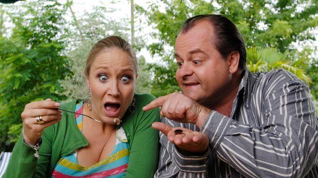 Markus (Markus Majowski, r.) und Janine (Janine Kunze, l.) essen Salat. Die s...