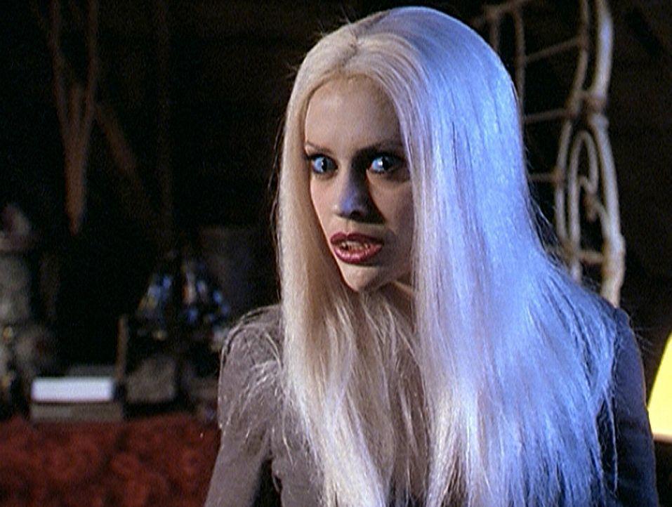 Phoebe (Alyssa Milano) ist von einem Banshee gefasst worden und verwandelt sich auf eine grausame Weise ... - Bildquelle: Paramount Pictures