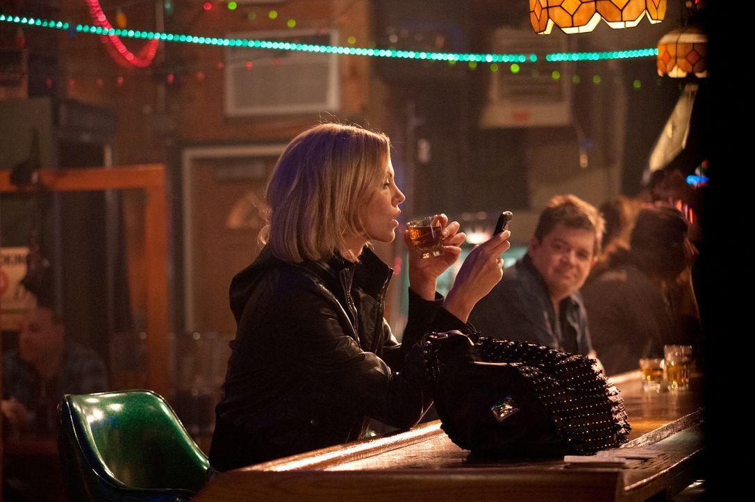 Matt Freehauf (Patton Oswalt, r.) kann einfach nicht glauben, dass Mavis (Charlize Theron, l.) alles daran setzt, ihren Jugendfreund zurückzugewinne... - Bildquelle: Phillip Caruso 2011 Paramount Pictures and Mercury Productions, LLC. All Rights Reserved.