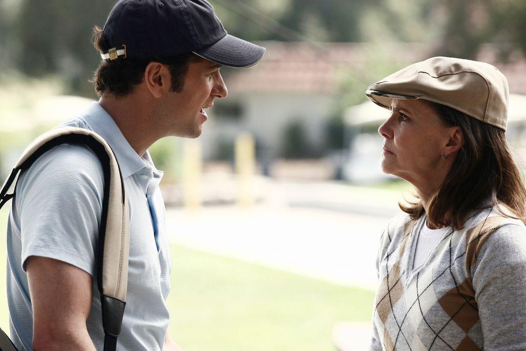 Kevin (Matthew Rhys, l.) ist mit Nora (Sally Field, r.) beim Golfspielen und amüsiert sich dabei nicht besonders. Plötzlich erblickt Nora ein gro - Bildquelle: Disney - ABC International Television