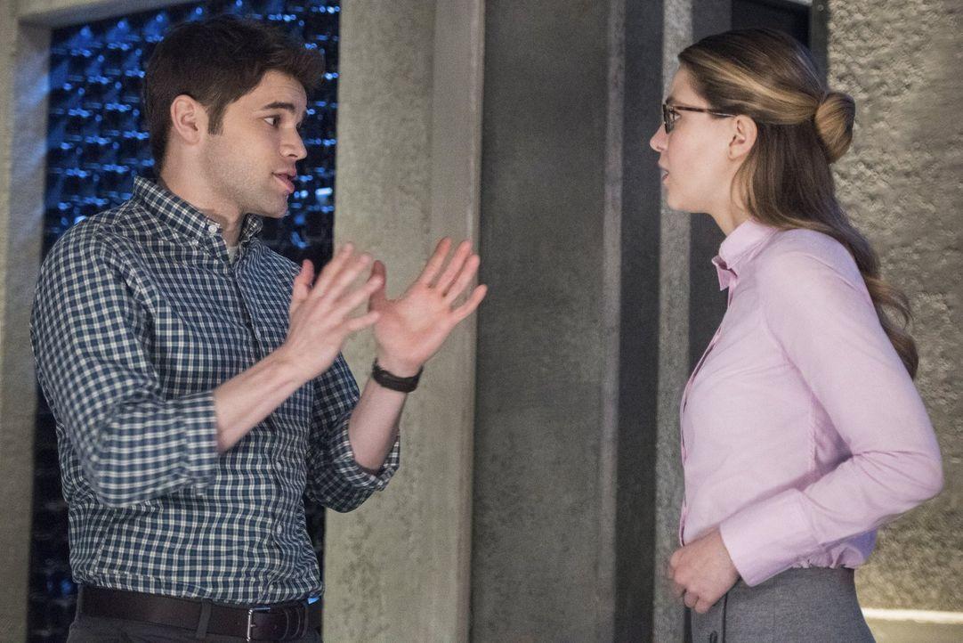 Nachdem Alex entführt wurde, steckt Kara (Melissa Benoist, r.) in der Klemme. Der Entführer droht ihr diese zu töten, wenn sie einen bestimmten Krim... - Bildquelle: 2016 Warner Brothers