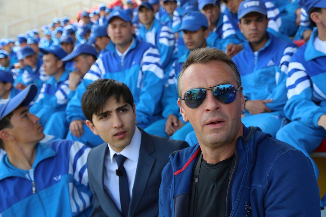 Tom Waes (r.) reist nach Turkmenistan, um über das Land und seine Kultur zu berichten. Doch er darf  dort nur drehen, wenn er sich an strenge Regeln... - Bildquelle: 2013 deMENSEN