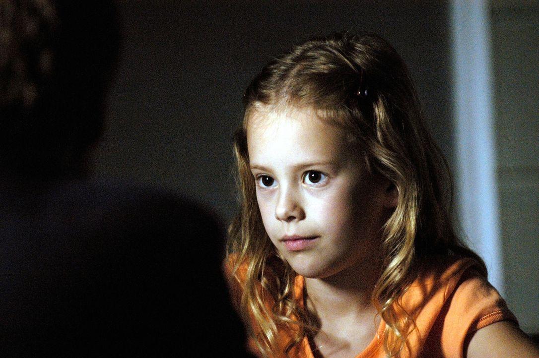 Bedacht über Maias (Conchita Campbell) Dasein inmitten der Untersuchungen während der Quarantäne, nimmt Diana das Mädchen bei sich auf ... - Bildquelle: Viacom Productions Inc.